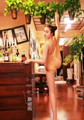 """哈尔滨的20岁女孩李雪""""一字马"""""""